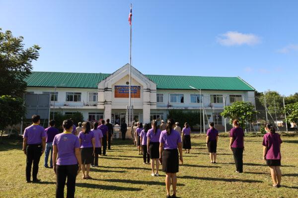 เทศบาลตำบลปัว จัดกิจกรรมเคารพธงชาติและร้องเพลงชาติไทย เนื่องใน วันพระราชทานธงชาติไทย (Thai National Flag Day) วันที่ 28 กันยายน 2564